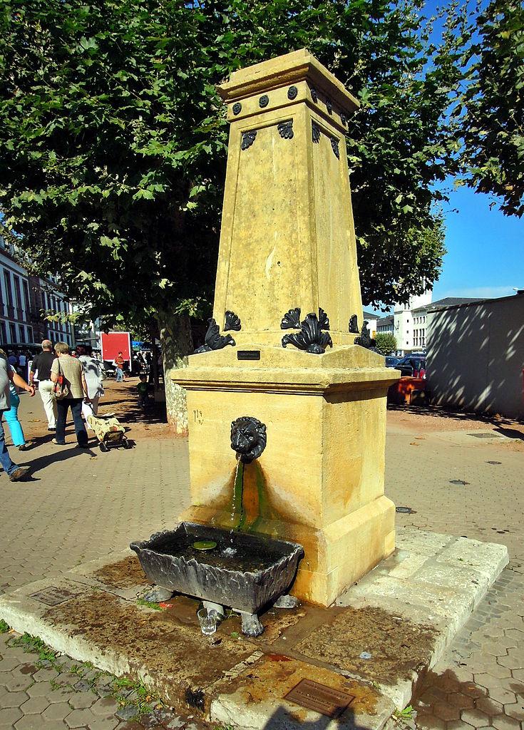 """alter Wasserspender am Großen Markt SaarlouisDamals - """"Dienstleute im alten Saarlouis"""